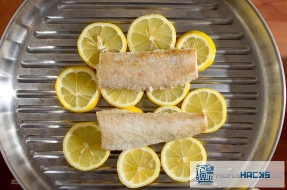 grill-fish-on-lemons